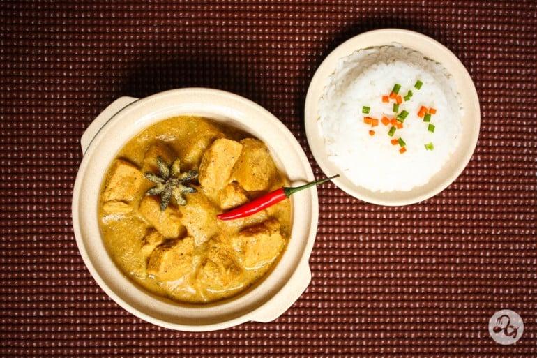 Bol cu curry de pui si nuca de cocos